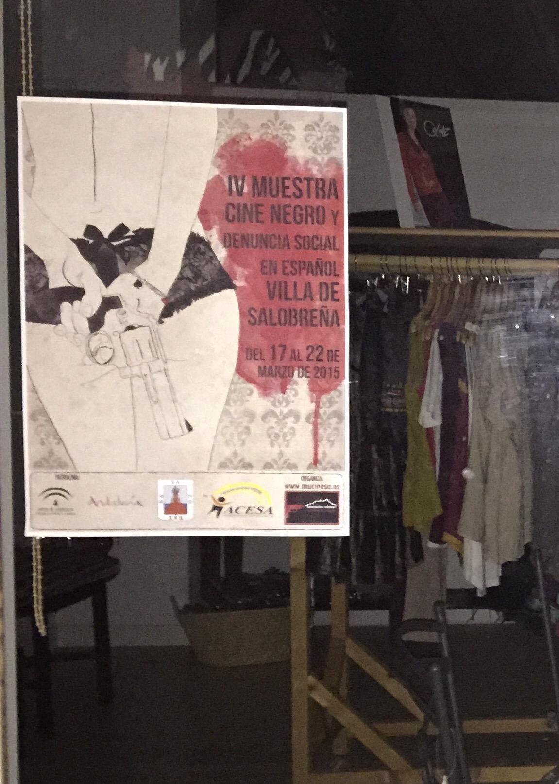 El cartel plagiado ya brilla en el escaparate de Bratán (Salobreña)